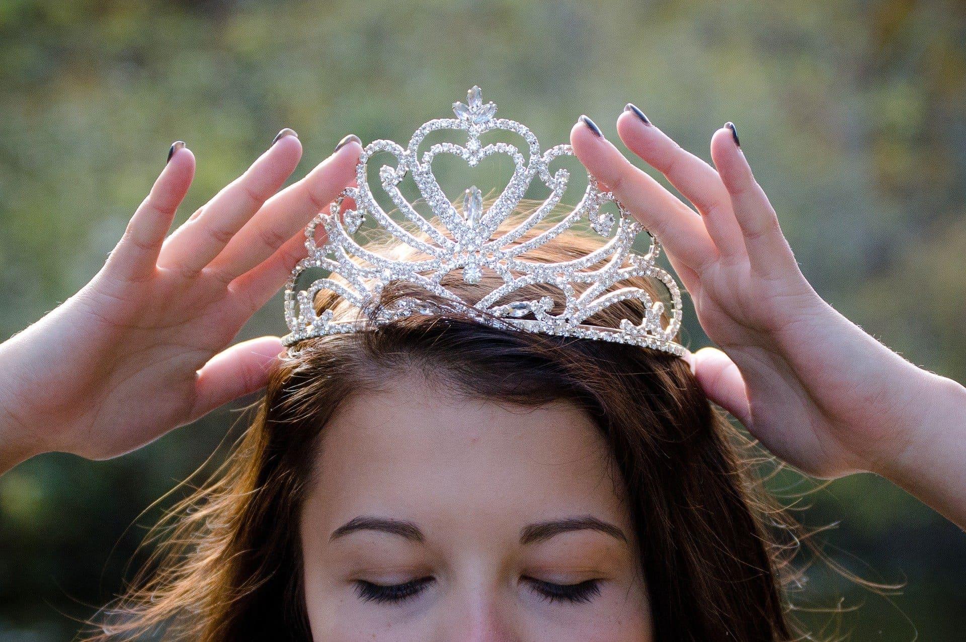 couronne posée sur la tête