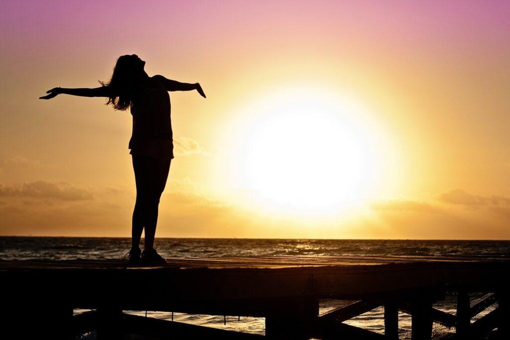 femme devant un lever de soleil